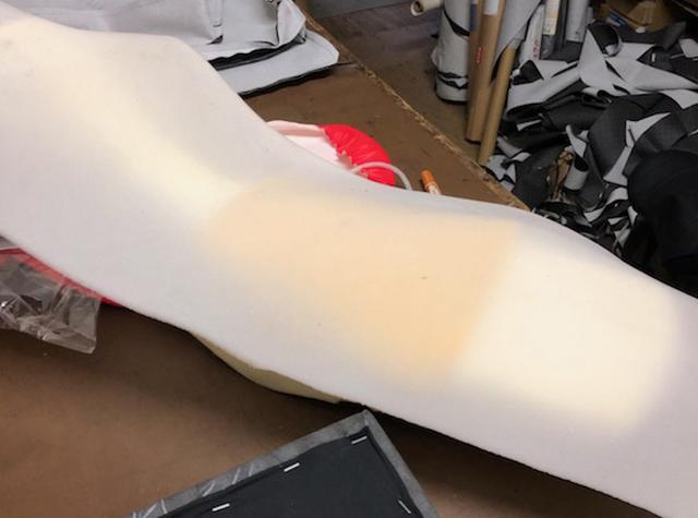 画像: 全体に薄いシートを被せて表面に一体感を持たせてから、もともと張られていたシート表皮で覆って完成。