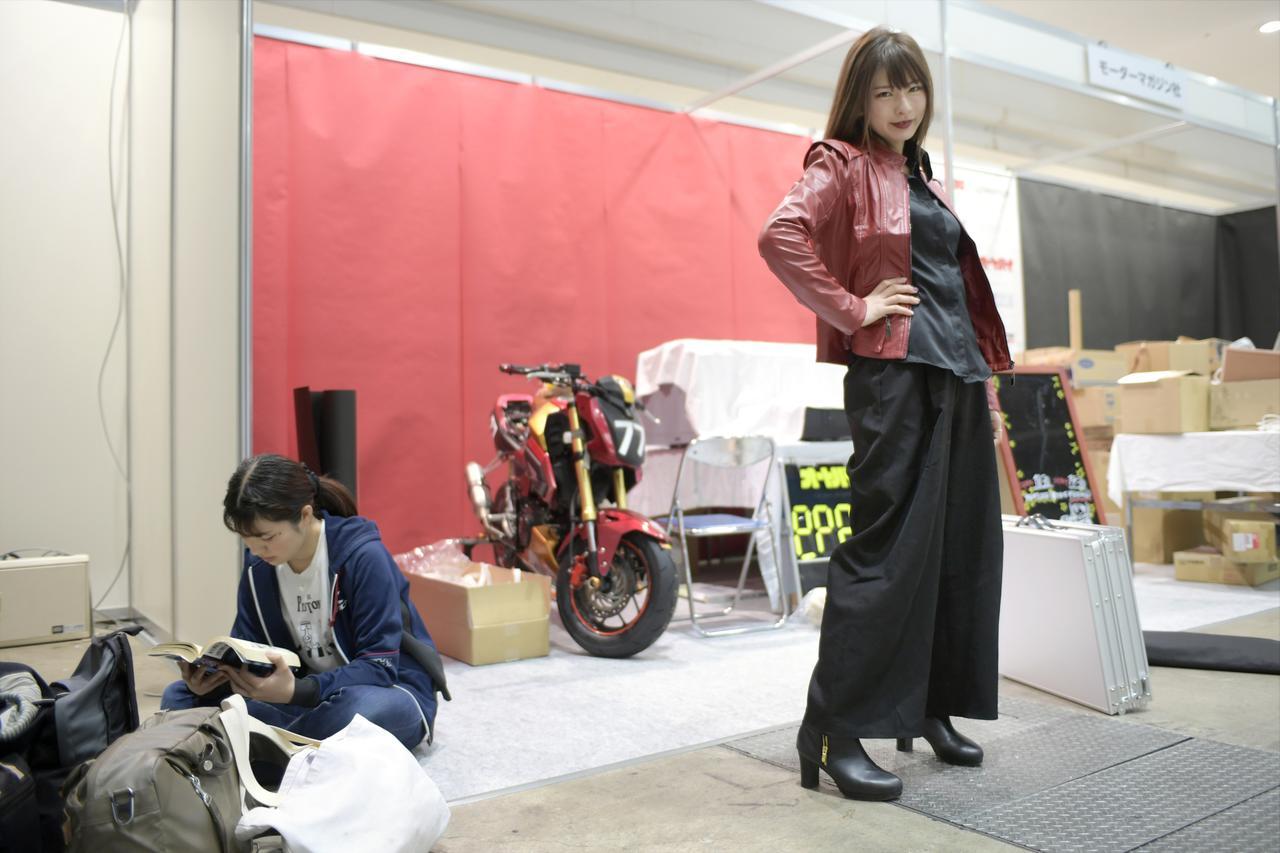 画像: オートバイ女子部からはみうみう(ポーズとってる方)と、梅ちゃん(「バリ伝」読んでいる方)がブース設営に参戦。