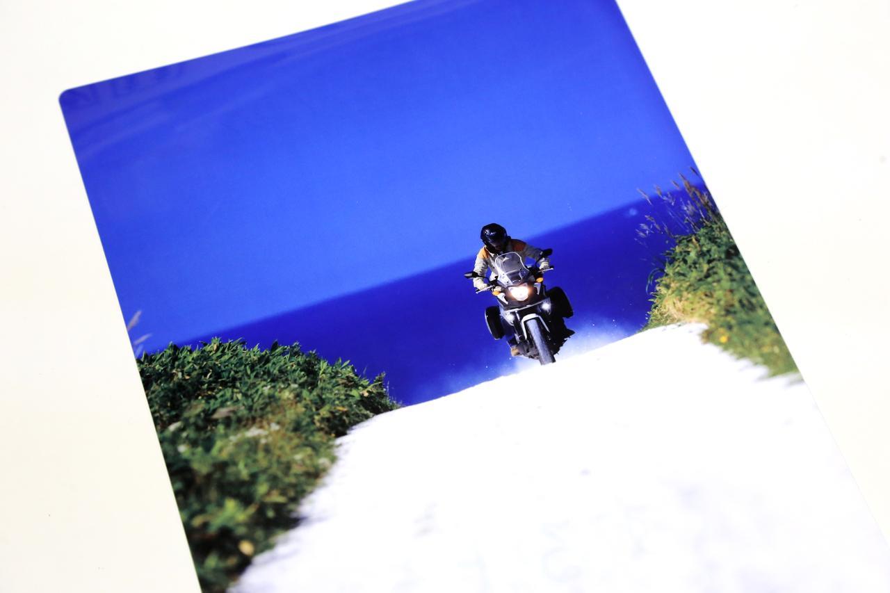 画像: 裏側はこちら。北海道宗谷丘陵の貝殻ダート。『アウトライダー』2013年6月号に掲載された当時、反響の大きかった一枚になります。撮影者は写真家・小原信好氏。この企画に賛同をいただき実現しました。