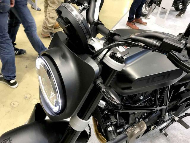 画像: 丸型ヘッドライトにはカバーが付く