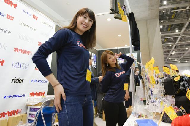 画像: 初日はオートバイ女子部のロンTで勢揃い。写真は大関さおりさん(左)と、平嶋夏海さん(右)