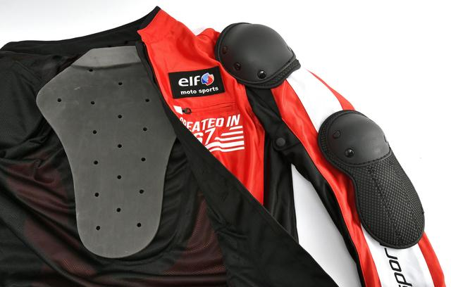 画像: 肩、肘、背中にはプロテクターを標準装備