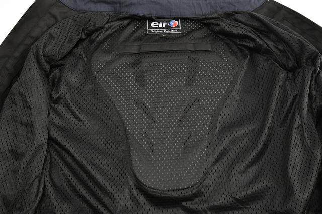 画像: 背中にはプロテクター、肩、肘、胸部にはプロテクターの収納袋