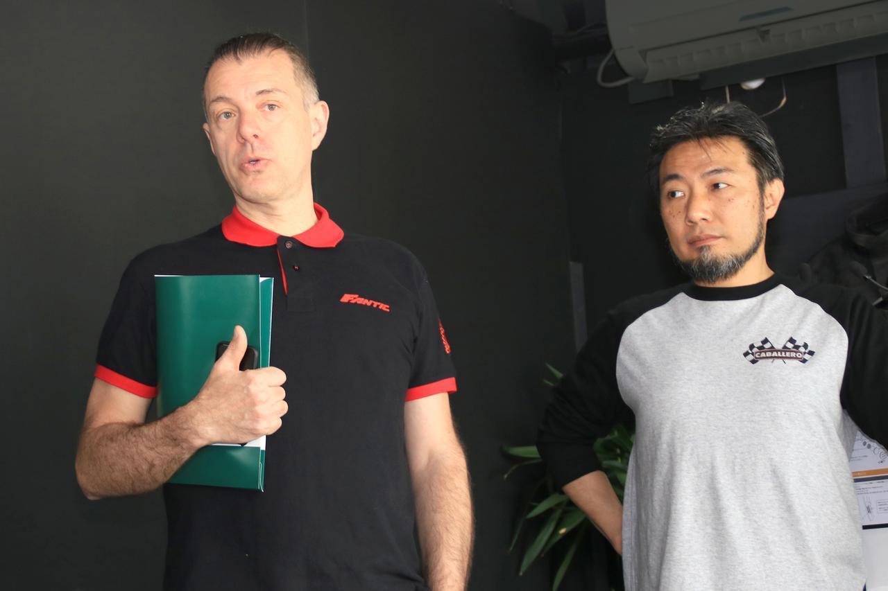 画像: 野口社長(右)とFANTIC社アジア担当のセールスマネージャー(左)