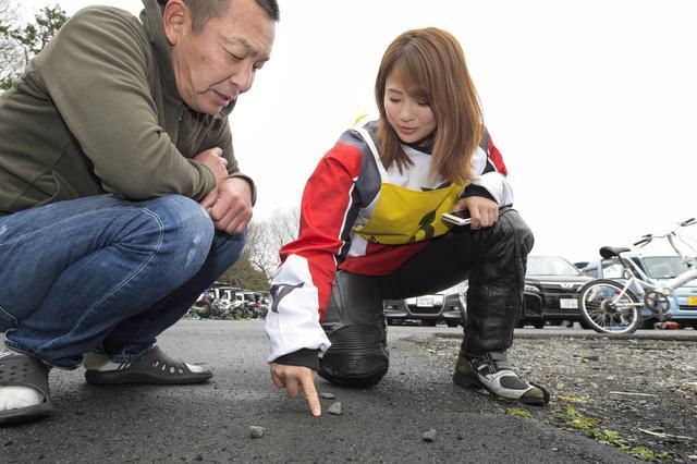 画像: 走行前には、小石を使ったシミュレーションも。ベテランライダーの意見にも耳を傾けています。