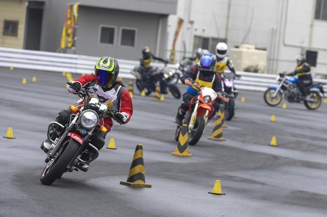 画像: パイロンによって設定されたコースを、いかに速く駆け抜けるかを競うのがジムカーナ。