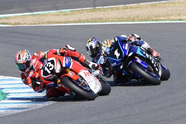 画像: レース中盤、ついに巧が中須賀をパス! しかし中須賀も譲らず、すぐにトップ奪回