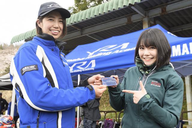 画像: インストラクターの伊集院忍さんからYRAカードを受け取りました。伊集院さんは元全日本レディースモトクロスライダー。インストラクターさんは、みなさんバイクの達人です。(このカードについては後ほどご説明します)