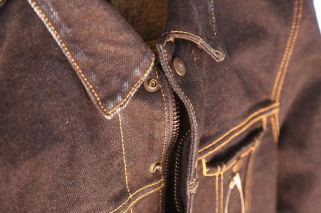 画像: デニムジャケットにファスナーが備わっているのもバイク乗りへの配慮。ストレッチ素材だと上半身が動かしやすく、長時間走行での疲労の軽減にもつながります。
