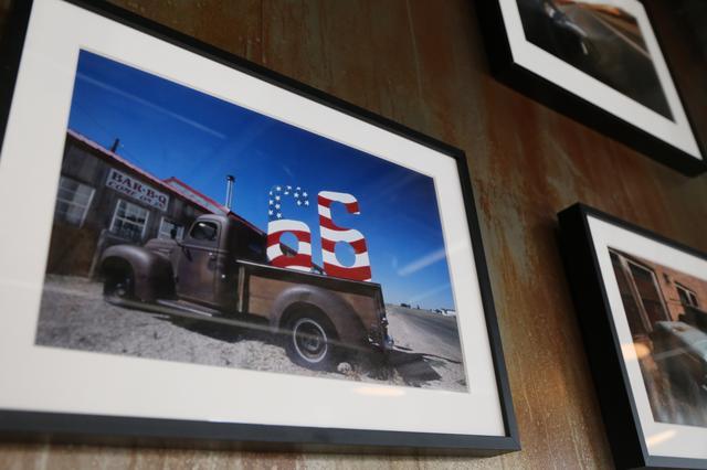 画像: ボンネビルでのレースシーンとともにルート66など、増井氏のこれまで撮ってきた作品が会場に展示されました。