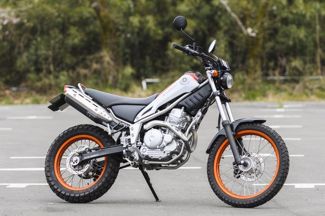 画像: レッスンに使われる車両は単気筒249㏄で扱いやすさ抜群のヤマハ「トリッカー」。普通自動二輪以上の免許をお持ちの方は、みなさんこのバイクでレッスンを行ないます。(車両の持ち込みは不可です)