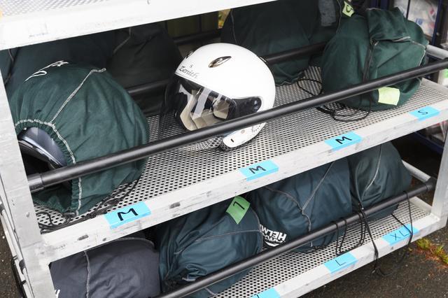 画像: ヘルメットはサイズ別にさまざま用意されています。レディスサイズもありますよ。こちらはお手持ちのものでもOKです。