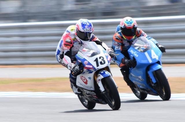 画像: 終盤、13岡崎をパスする14中山! レディスライダー、史上初のJ-GP3クラス優勝は近いかも!