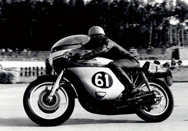 画像: CB750FOURの高性能の証明はレースでも果たされた。1969年8月の鈴鹿10時間耐久に続いて、フランスボルドール24時間耐久レースではフランス人ライダーのD・ウーディヒ/R・ウージェリ組が見事に優勝。