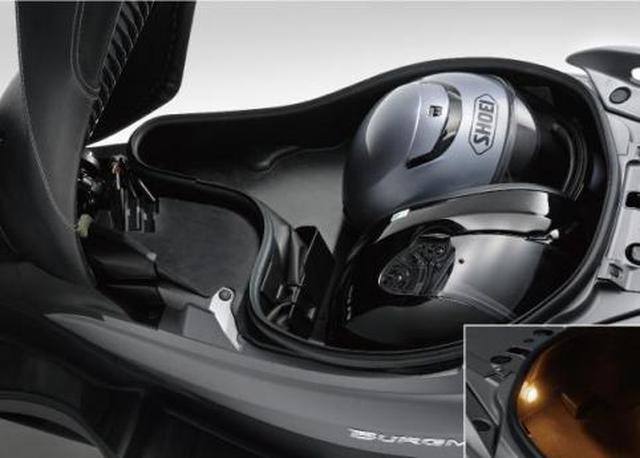 画像: モノによってはヘルメットを2個収納できます。ラゲッジ内を照らすライトも完備。