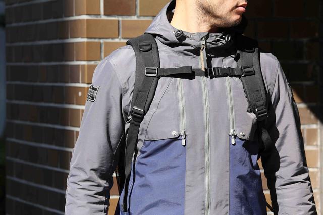 画像1: モールシステムを挟んで本体背面に立てに並ぶジッパーポケットは、それぞれ独立したポケットとなる。勢い良く物を詰め込むと、本体容量を圧迫することになります。