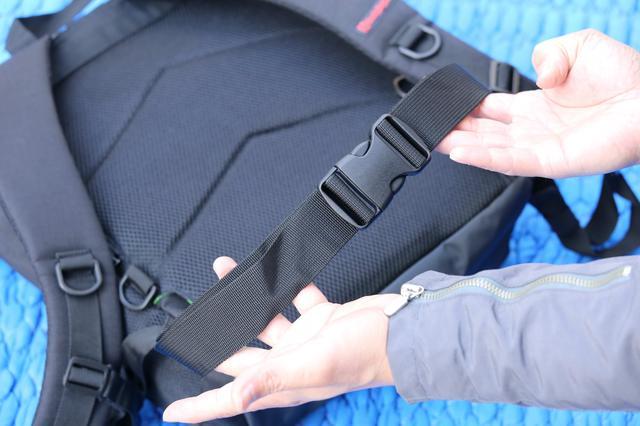 画像2: モールシステムを挟んで本体背面に立てに並ぶジッパーポケットは、それぞれ独立したポケットとなる。勢い良く物を詰め込むと、本体容量を圧迫することになります。