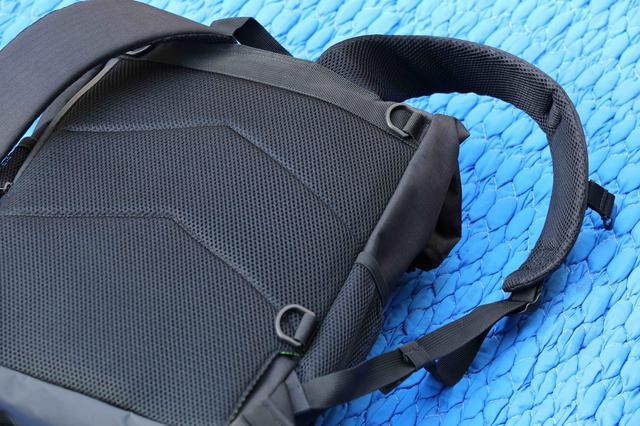 画像: ショルダーベルトを胸元で懸架するセンターベルトや、背負い部分下部に収納可能なウエストベルトも前モデルに続き採用される。