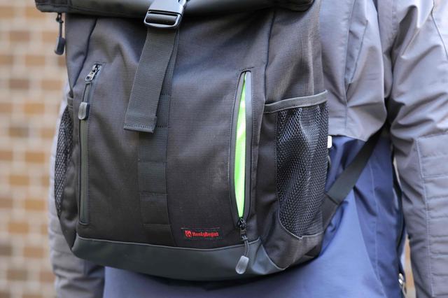 画像: しかも、高いグリップ力を発揮しつつソフトタッチが好印象。しかも、背負い部分の片側に隠しジッパーポケットを配し、小物入れ事情の充実化を図る。