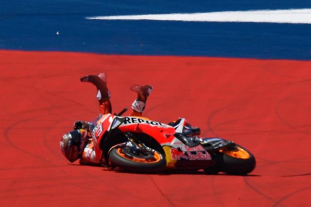 画像: トップ走行中にマルケス転倒! 起こそうとしてパタン、再スタートしてゴロンと、計3回転びました