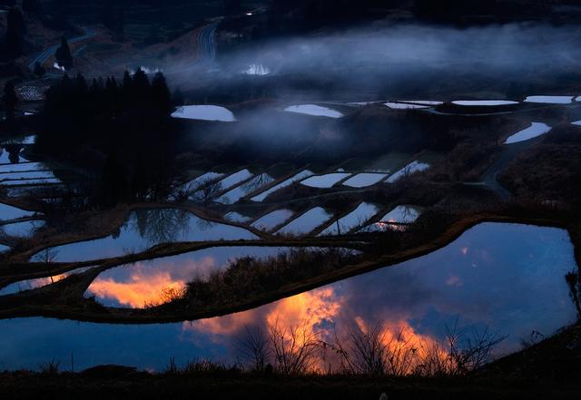 画像: 5aから30aほどの大小約200枚の田んぼが、30haほどの棚田を形成/水鏡の時期は5~6月/新潟県十日町市峠1513