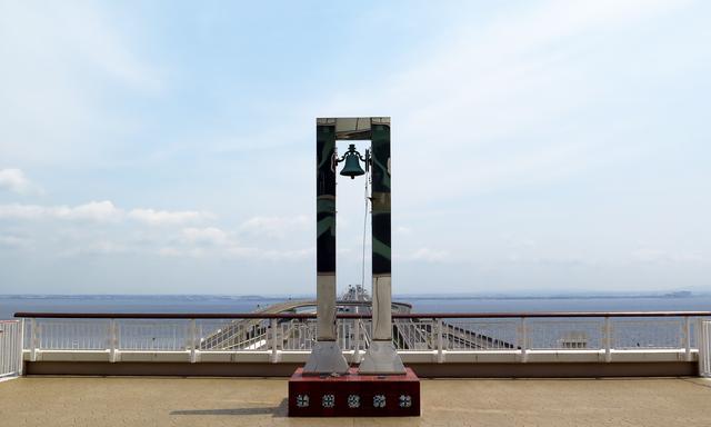 画像: カップル・夫婦に人気の「海ほたる 幸せの鐘」もそのまま残っています。