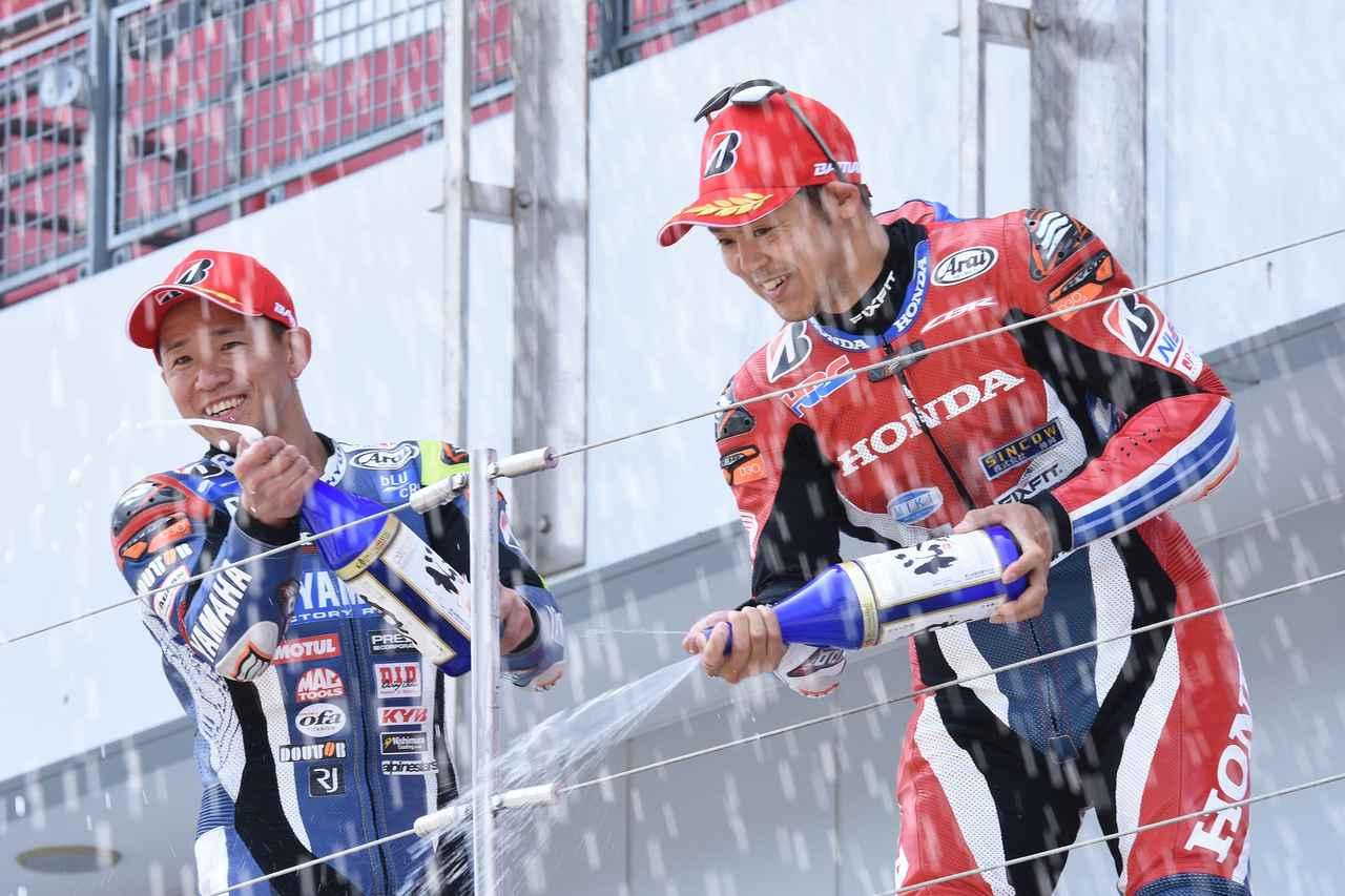 画像: 負けて悔しい、口もききたくないはずの中須賀ですが、きちんと勝者をたたえ、表彰台の2位の位置で笑顔を見せます そういうところも絶対王者! 次戦・菅生大会での巻き返しが楽しみです