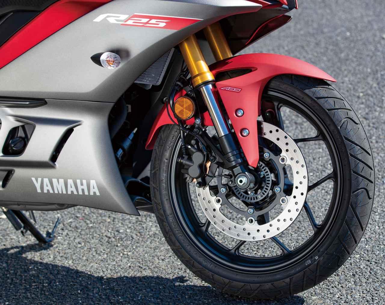 画像: ブレーキはφ298mmディスク、ホイールは軽量な星形10本スポーク。ABS装着モデルもラインアップされている。