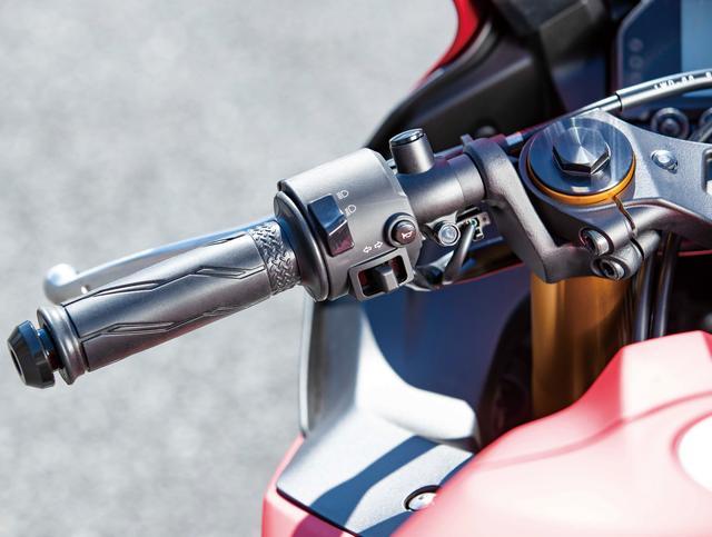 画像: ハンドルは従来モデルより22mm低くセット。トップブリッジには、まるでYZR-M1のような剛性バランス調整用のスリットも入る。