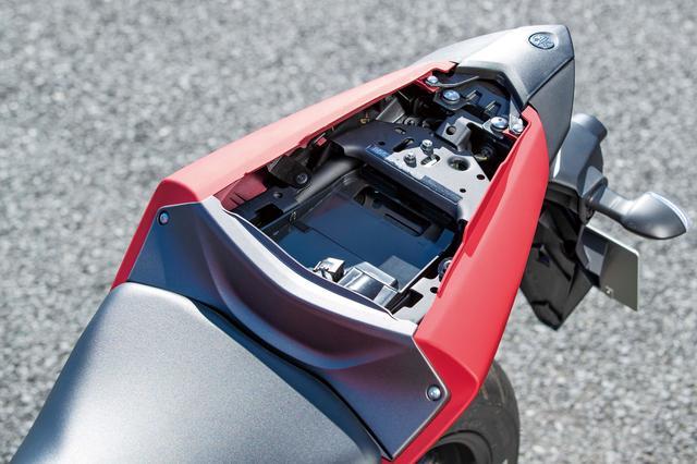 画像: 小ぶりではあるが、タンデムシート下には小物やETC車載器などを収納可能なスペースを確保。こうした実用性の高さも魅力のひとつ。