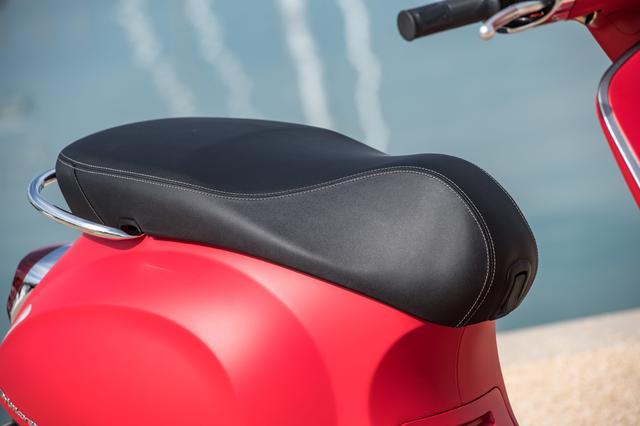画像1: 軽軽二輪のスクーター! マットレッドはこの「S」仕様だけ!