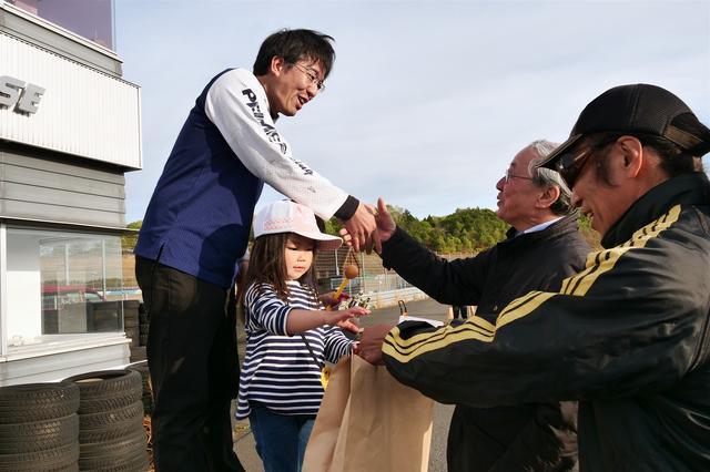 画像: この日は大島裕志MFJ会長も観戦。表彰式ではプレゼンターを務め各クラスのウイナーを祝福した。