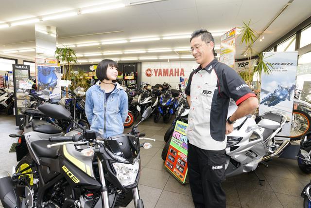 画像: YSP川崎中央の店長・村田幸司さんが応対してくれました。若いカップルで2台借りてツーリングに出かける人も多いそうです。