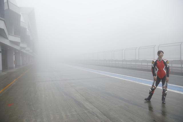 画像: 走行直前には、濃霧でもはや視界はほぼゼロに。
