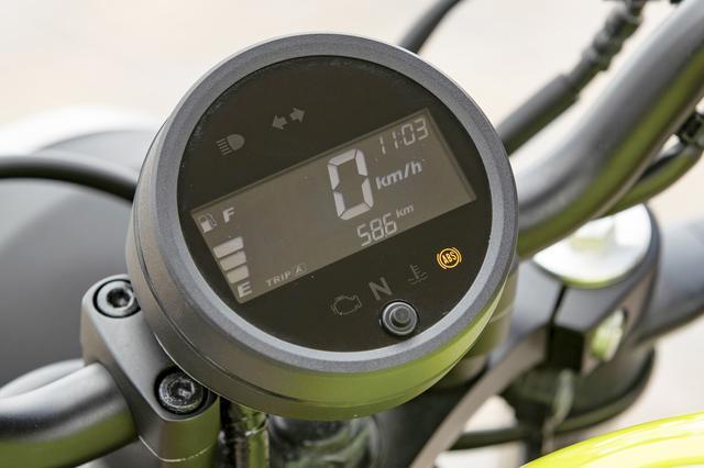 画像: タコメーターは不要とばかりに、丸型メーターをひとつだけ装備。液晶部にはオド&ツイントリップ、燃料計と時計を常時表示している。
