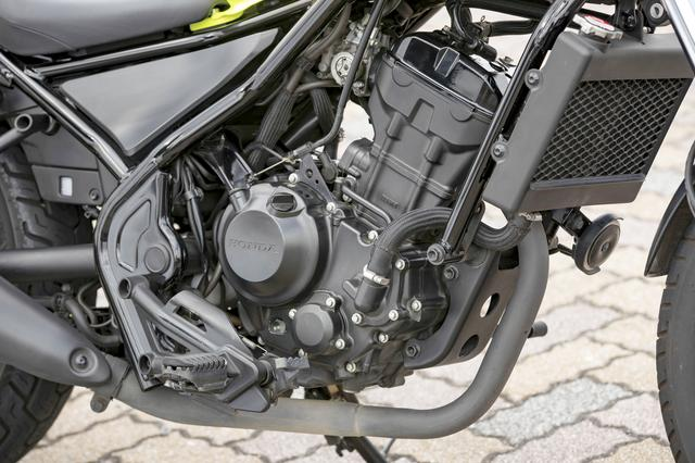 画像: CB250Rと共通の水冷DOHC。FIのセッティングとマフラーを専用設計とすることで、速すぎない、力強すぎない特性に仕上げている。