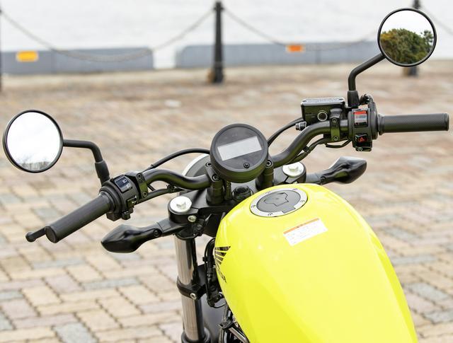 画像: ハンドルは着座位置から近く、高すぎないため、自然なライディングポジションが取れる。右キルスイッチ下にハザードボタンも備わっている。