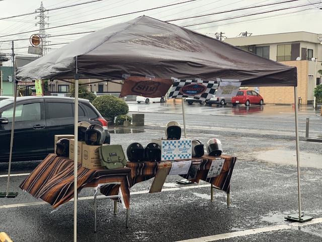 画像: 雨を耐え忍ぶヘルメットたち、哀愁を感じさせる