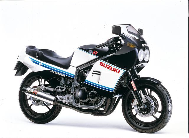 画像: GSX-R 1984年2月 単体重量7.6kgという驚異的な軽さを誇るアルミフレームMR-ALBOXに、フリクションロスの低減や吸排気バルブの大径化と徹底的なチューンアップを施したインライン4エンジンを搭載しながら、車重152kgと250クラス並みのコンパクトなボディを実現させている。 ●水冷4ストDOHC4バルブ並列4気筒 ●398cc ●59PS/11000rpm ●4.0kg-m/9000rpm ●152kg ●100/90-16・110/90-18 ●62万9000円