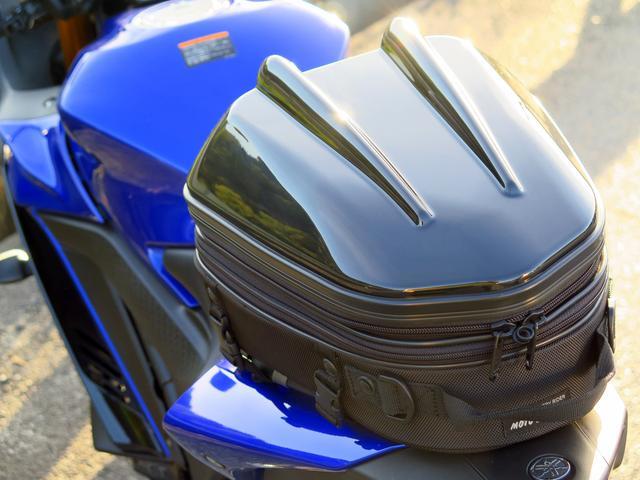 画像: 今回はヤマハ新型YZF-R25に装着。このバイクのリアシートと相性がよかったということも考えられますが、まあ驚くほどに簡単です。2回目以降は、各ベルトの長さ調整も終わっているから1分で装着できました。