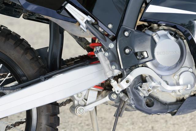 画像: スイングアームは軽量かつ剛性十分なアルミ鋳造製を採用。路面追従性と乗り心地の良さを、高度な次元で両立させている。