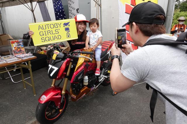 画像: オートバイ女子部が使用しているHRCグロム(レーサー)は、東京モーターサイクルショーに続いての展示。大勢の方にまたがって頂きました!