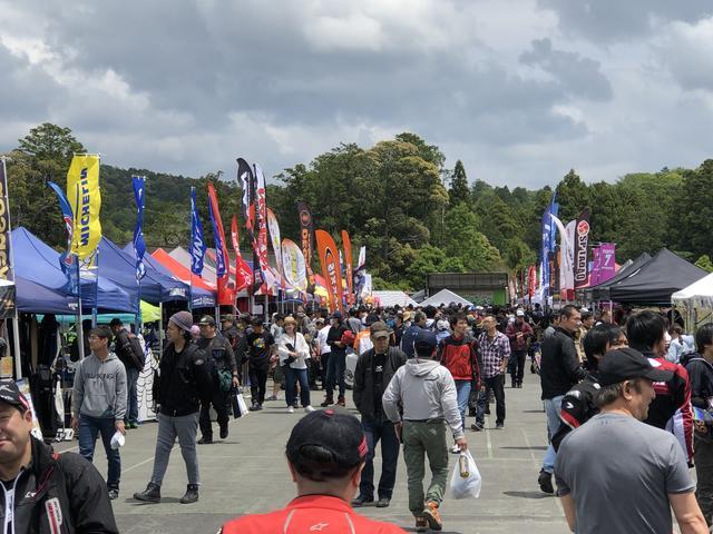 画像: メーカーのブース出展が並ぶエリアでは、デモ車の展示や、アウトレット品の販売などが行なわれた。