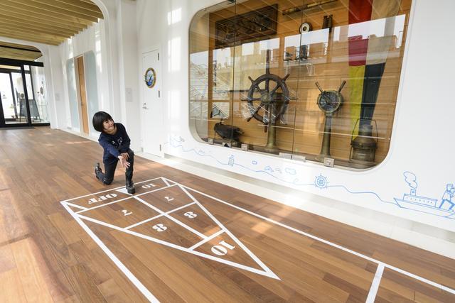 画像: こちらも5F通路部分。床には「シャフルボード」という、かつて客船などで行なわれたゲームのペイントが! おしゃれ!