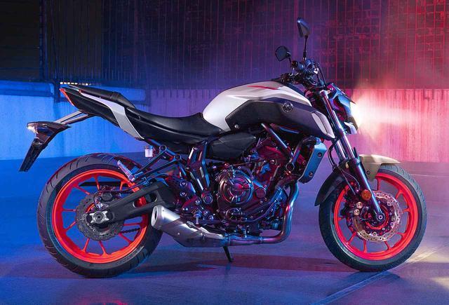 画像: ヤマハMT-07に新色が追加! 落ち着いたライトグレーのボディにビビッドな朱色のホイールを装着 - webオートバイ