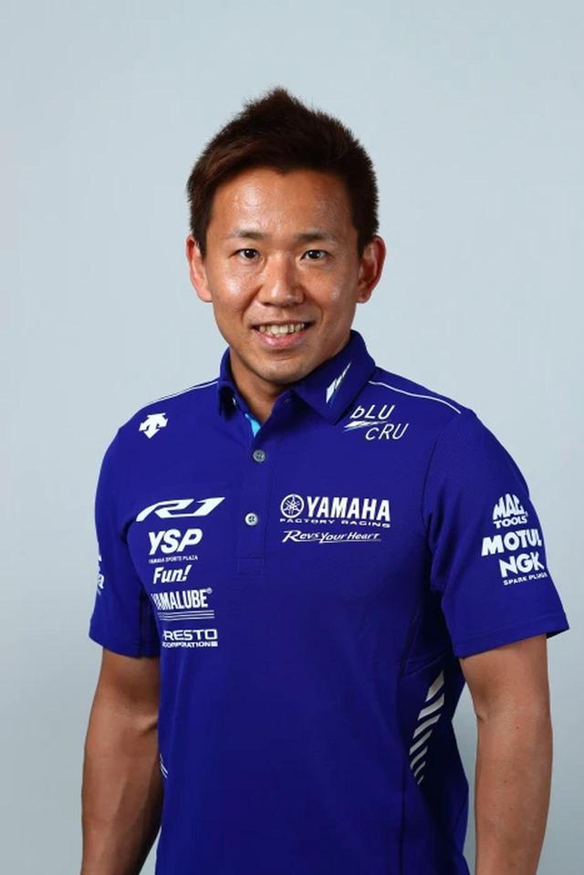 画像: 中須賀 克行選手 出身地:福岡県 1981年8月9日 生 本人コメント 「今年は YZF-R1 にとってヤマハのエースゼッケンと同じ 21 周年ということで、ヤマハ TECH21 チームのカラーが採用され ましたが、鈴鹿 8 耐を象徴するカラーでの参戦となり、非常に身の引き締まる思いです。ヤマハ TECH21 チームが活 躍した 1985-1990 年は私も幼く、当時をよく知らない世代ですが、日本のレース史で最も熱い時代であったことは知っ ています。5 連覇はもちろん、レース界に携わる一人のライダーとして、ライバルと一緒に当時の熱狂を取り戻せるような レースを目指し全力を尽くします。ぜひ鈴鹿でお会いしましょう」