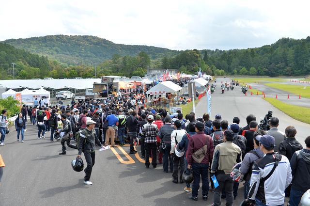 画像: こちらは試乗会の申し込みを待っている列。