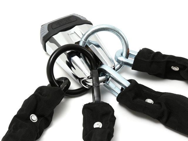 画像: 2本のチェーンの末端リング、Oリング(丸環)、合計4本のリングを経由でき、様々なチェーンロックの取り回し、施錠方法に対応します。