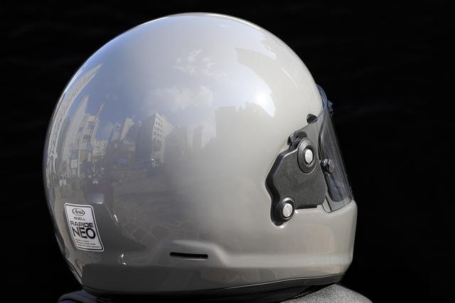 画像: 帽体を後方から見ると、そのシンプルに丸みを帯びた曲面が良く解るはずだ。もしもの擦過時に、極力引っ掛からない様にするといったアライヘルメットの拘りだ。