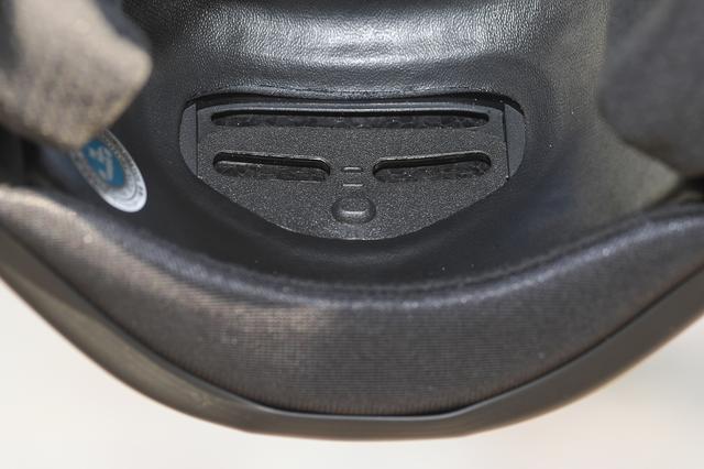 画像: 3本スリットの内側には、走行風の流入をコントロールするマウスシャッターを設けている。状況によって調整できる気遣いがうれしい。